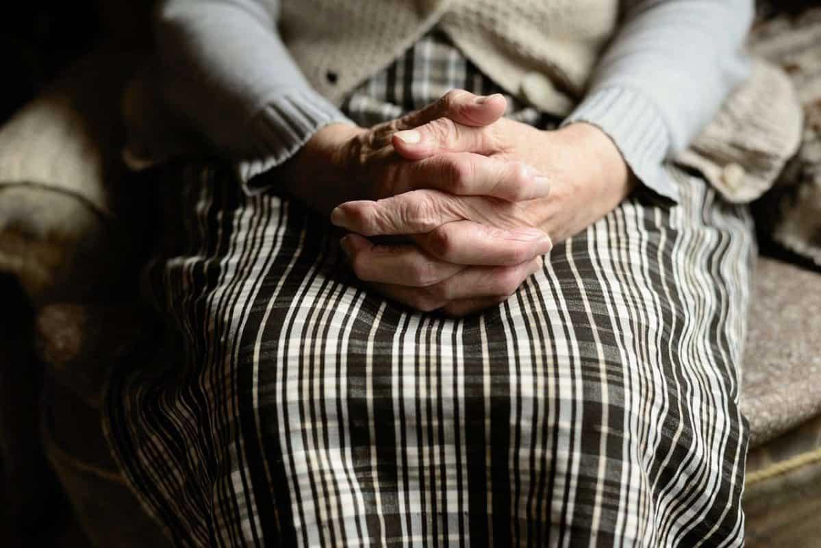ידיים של אשה מבוגרת